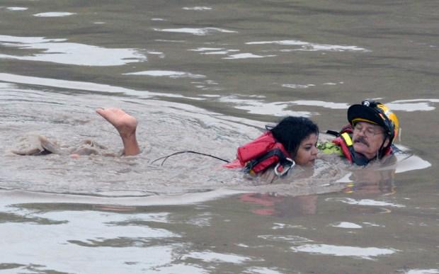 تكساس، رجل الإطفاء جاي هورتون ينقذ سيدة من الغرق في الفيضانات في سان ماركوس، تكساس.