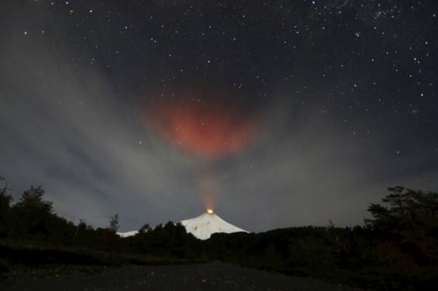 ارتفاع الدخان المتصاعد من بركان فيلاريكا كما يُرى من بلدة بوكون جنوب تشيلي