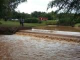 Vigias de condomínio são levados por enxurrada após represa transbordar