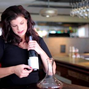 Video - How to Decant Wine, 2 Ways