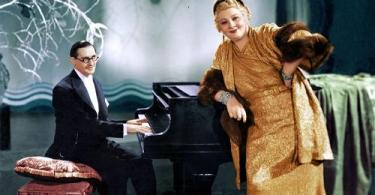 Sophie Tucker leaning on the piano