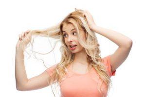 mujer-rubia-pelo-encrespado