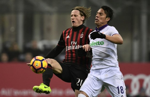 AC Milan's Italian defender Ignazio Abate (L) vies with Fiorentina's Mexican defender Carlos Salcedo during the Italian Serie A football match between AC Milan and Fiorentina at San Siro Stadium in Milan on February 19, 2017. / AFP PHOTO / MIGUEL MEDINA