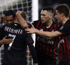 AC Milan's forward Carlos Bacca from Colombia (L) celebrates with teammates after scoring during the Italian Serie A football match Juventus Vs AC Milan on March 10, 2017 at the 'Juventus Stadium' in Turin.   / AFP PHOTO / Marco BERTORELLO