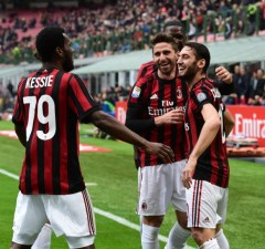 AC Milan's German midfielder Hakan Calhanoglu (R) is congratulated by teammates after scoring during the Italian Serie A football match AC Milan vs AC Chievo at the San Siro stadium in Milan on March 18, 2018. / AFP PHOTO / MIGUEL MEDINA