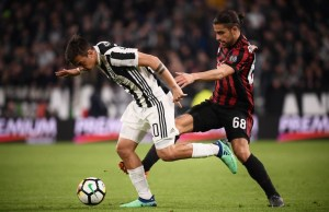 Juventus' forward Paulo Dybala from Argentina (L) fights for the ball with AC Milan's defender Ricardo Rodriguez from Switzerland during the Italian Serie A football match Juventus Vs AC Milan on March 31, 2018 at the 'Allianz Stadium' in Turin. / AFP PHOTO / MARCO BERTORELLO