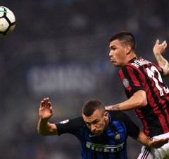 Inter Milan's forward Ivan Perisic from Croatia (L) fights for the ball with AC Milan's defender Alessio Romagnoli during the Italian Serie A football match Inter Milan Vs AC Milan on October 15, 2017 at the 'San Siro Stadium' in Milan.  / AFP PHOTO / MARCO BERTORELLO