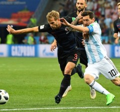 Croatia's defender Ivan Strinic (L) vies with Argentina's forward Lionel Messi during the Russia 2018 World Cup Group D football match between Argentina and Croatia at the Nizhny Novgorod Stadium in Nizhny Novgorod on June 21, 2018. / AFP PHOTO / Johannes EISELE / RESTRICTED TO EDITORIAL USE - NO MOBILE PUSH ALERTS/DOWNLOADS