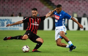AC Milan's Italian midfielder Giacomo Bonaventura (L) and Napoli's Brazilian midfielder Allan go for the ball during the Italian Serie A football match Napoli vs AC Milan on August 25, 2018 at the San Paolo Stadium in Naples. / AFP PHOTO / Alberto PIZZOLI