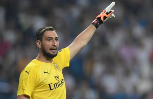 AC Milan's Italian goalkeeper Gianluigi Donnarumma gestures during the Santiago Bernabeu Trophy football match between Real Madrid and AC Milan in Madrid on August 11, 2018. / AFP PHOTO / GABRIEL BOUYS