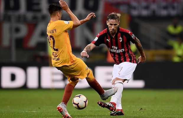 AS Roma's forward Stephan El Shaarawy (L) fights for the ball with AC Milan's midfielder Lucas Biglia from Argentina during the Italian Serie A football match AC Milan vs Roma on August 31, 2018 at the 'San Siro Stadium' in Milan. (Photo by MARCO BERTORELLO / AFP)