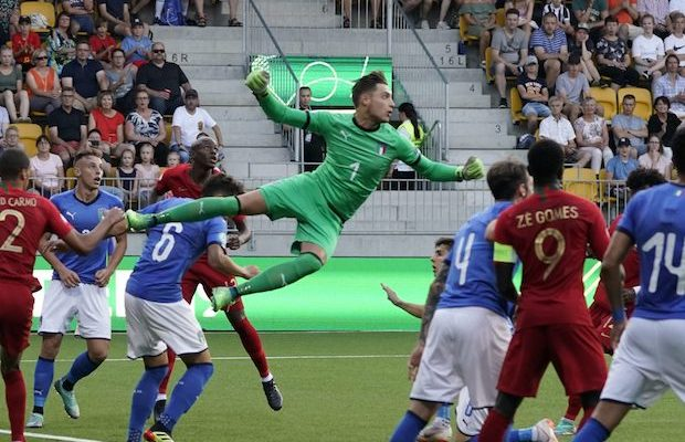 Italy's goalkeeper Alessandro Plizzari (C) vies for the ball during the 2018 UEFA European Under 19 Championship FIFA final football match between Italy vs Portugal in Seinajoki, Finland, on July 29, 2018. (Photo by Timo Aalto / Lehtikuva / AFP) / Finland OUT