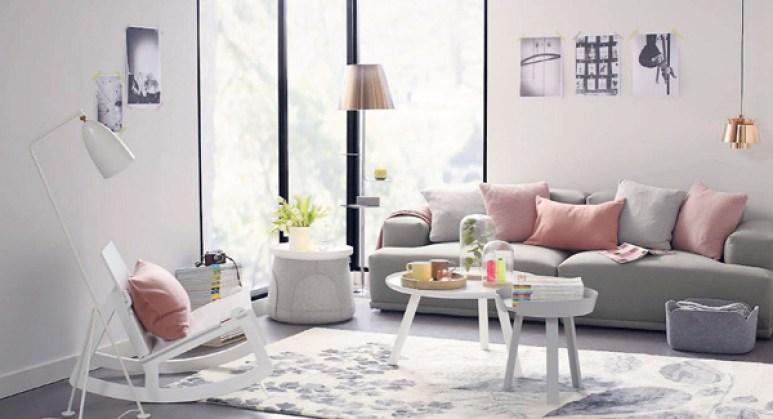 Sofá com almofadas cor de rosa