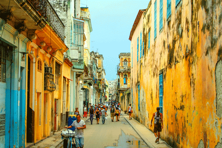 streets-with-people-in-havana-cuba