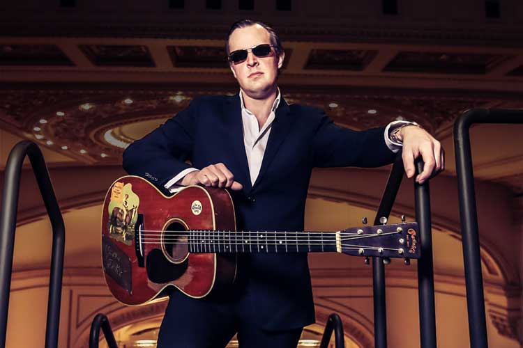 http://acousticguitar.com/joe-bonamassa-mostly-sticks-to-rhythm-on-live-disc/