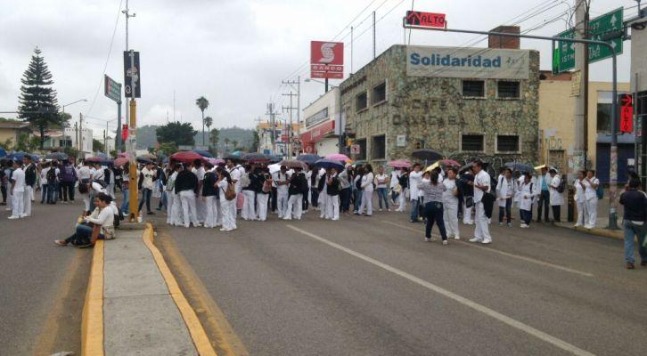 Estudiantes de la Facultad de Enfermería bloquean crucero de estadio de béisbol Eduardo Vasconcelos (12:07 h)