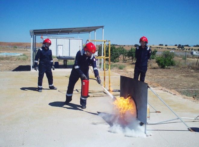 Alumno Extinguiendo Fuego En Rueda