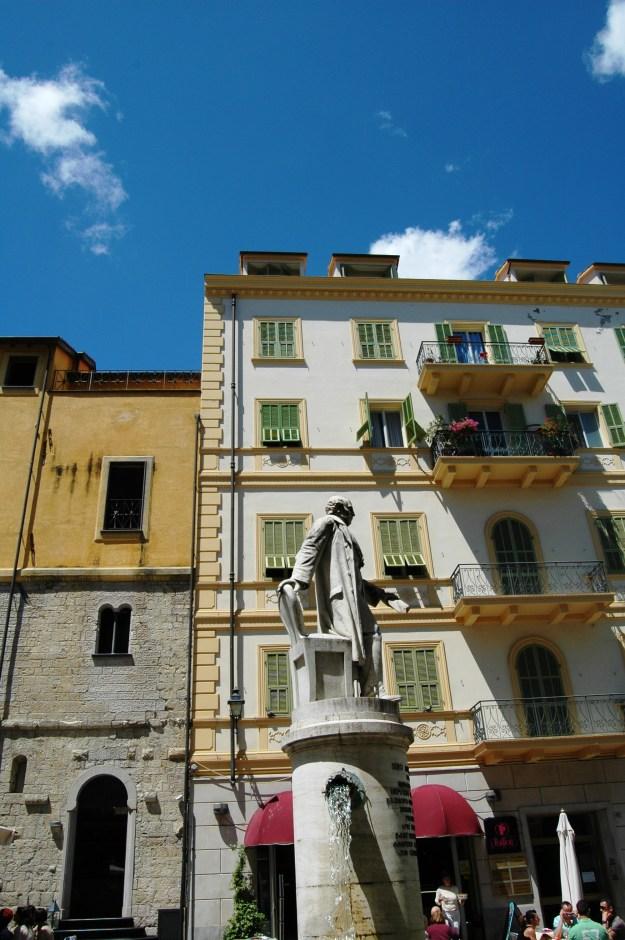 Visibile la fontana con la statua di Siro Andrea Carli (nato a Sanremo  il 7 luglio 1797. Deceduto a San Remo l'11 marzo 1857. Sindaco di Sanremo. Deputato del Regno di Sardegna.)