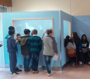 Espçao da rádio escolar com alunos à volta
