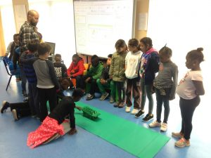 Monitor e alunos na apresentação do projecto Golfi & Friends