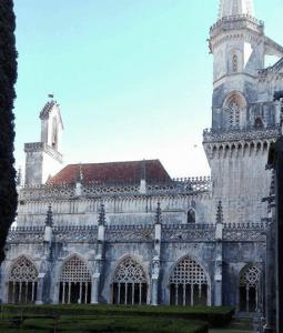 Parte da fachada lateral de de mosteiro com arcos em ogiva