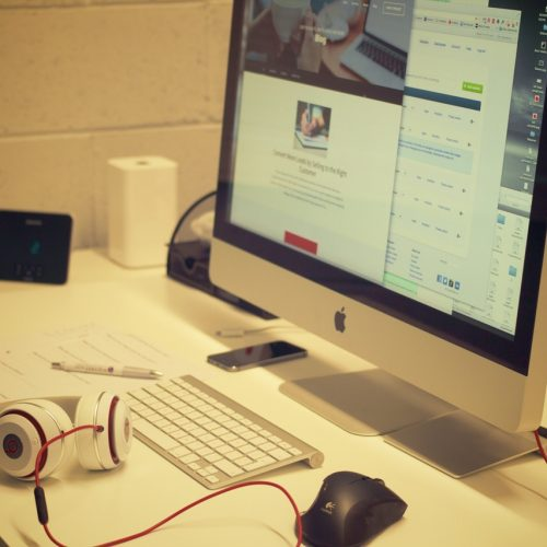 creative-apple-desk-office