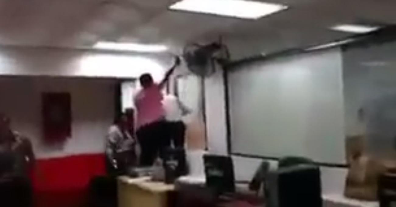 Los empleados se divertían arrojando basura sobre sus compañeros.