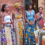 Le ragazze di Gis Gis durante un'esposizione dei loro artefatti a Dakar