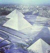 Les pyramides de Gizeh sont couvertes de neige pour la première fois depuis 112 années en raison de la vague de froid venue du nord et s'est