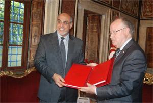 Présentant le projet de loi pour l'exercice 2013 au Président de l'Assemblée nationale constituante