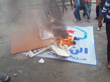 Des manifestants viennent d'incendier les locaux de la permanence du mouvement Ennahdha à Gafsa en signe de protestation contre la politique