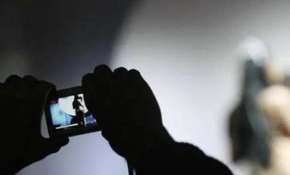 هروب ممرض بعد افتضاح أمره مع ممرضة متدربة بالمستشفى، بسبب هاتف محمول