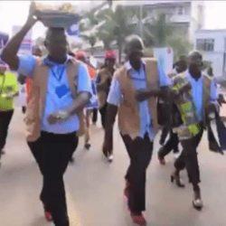 酷新聞:烏干達男警穿上高跟鞋 體驗女性辛苦