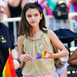 酷新聞:阿湯哥女兒 化身「彩虹小天使」 義賣助同志遊行