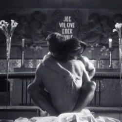 酷影音:挪威歌手MV中 教堂裡與神父性愛無懼爭議