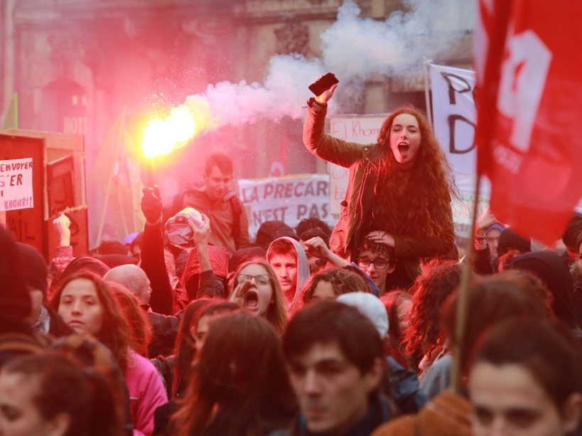 Young protesters march during a demonstration against the French government's planned labour law reforms on March 31, 2016 in Bordeaux, southwestern France.   France faced fresh protests over labour reforms just a day after the beleaguered government of President Francois Hollande was forced into an embarrassing U-turn over constitutional changes. / AFP / NICOLAS TUCAT