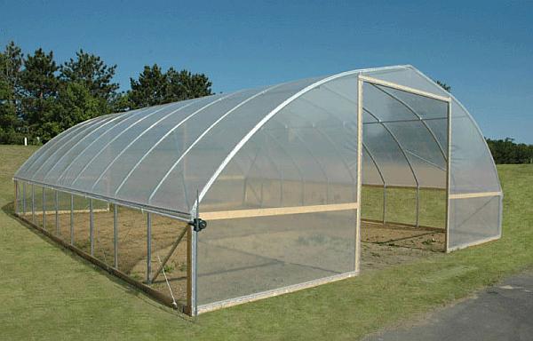 instalarea foliei pe structura solarului
