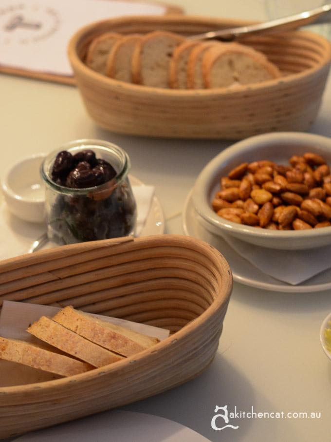 temporada-2-bread almonds olives