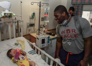 Carl Lawson and the Auburn football team visits patients at Ochsner Hospital for Children. in New Orleans. (Wade Rackley/Auburn Athletics)