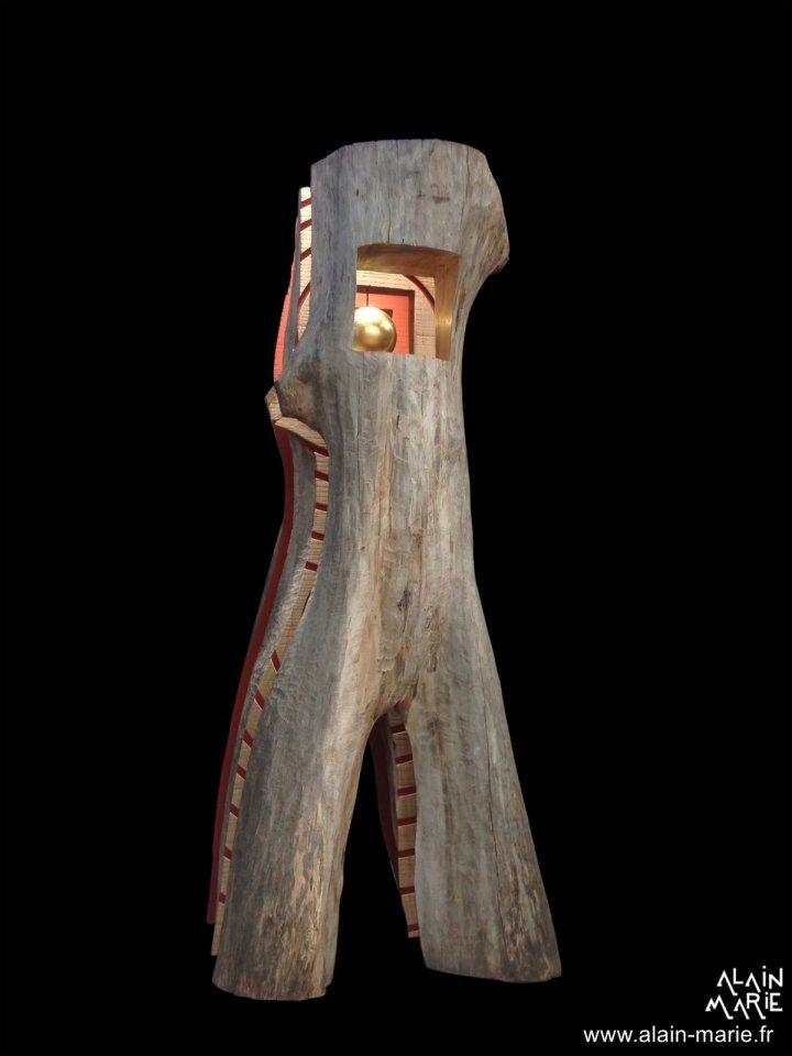 L'ORME QUI MARCHE Tomographie d'un arbre : voyage imaginaire aux sources de la vie Un arbre ouvert. Un homme debout. Au cœur palpite la vie.  Une sphère dorée, résurgence cosmique de la nuit des temps, trouve ancrage dans le champ traversant des forêts primitives.  La Nature porte la vie qui assure et nourrit le pas de l'Homme. De la tête au pied, la coupe de l'arbre en long révèle le Souffle vital dans une pulsation de cernes radiants. Mystère des écritures. La forme contient l'énergie et l'énergie donne le mouvement.  Une métaphore du couple Homme-Nature, symbole d'unité dans une croissance tendue vers la lumière et la quête spirituelle. ALAIN-MARIE PARMENTIER