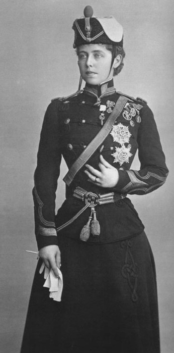 Regina Maria, în uniforma de comandant al Regimentului 4 Roşiori