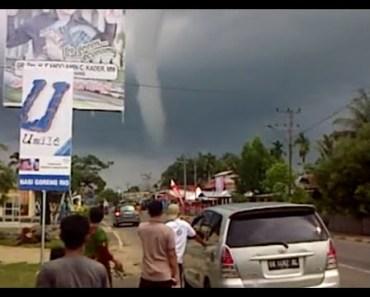 """Video: Angin Puting Beliung Raksasa """"Serang"""" Bengkulu"""