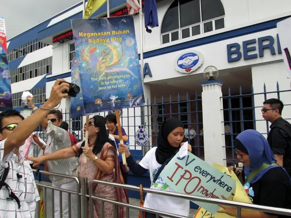Outside the Penang police headquarters: Protest against poor protection against domestic violence