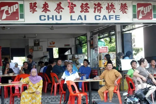During Maulidur Rasul, some Muslims who were involved in the procession took a break at  a Chinese coffee shop. The shop is situated at one of the main roads where the procession passes by.