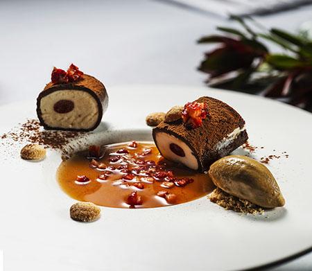 Tiramisu com gelado de café e morangos marinados 450