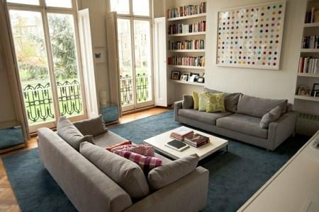 kleines wohnzimmer einrichten gro%c3%9fe fenster ger%c3%a4umig sofa wandregale