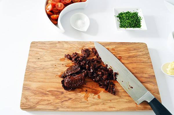 cortando-el-tomate-seco