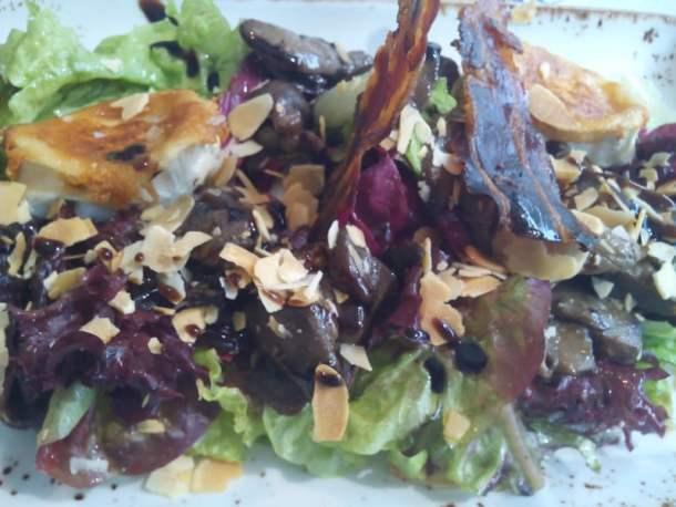 Ensalada templada con hongos, queso de cabra y bacon deshidratado