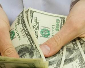 الدولار يقفز إلى 12 جنيها في السوق السوداء ويتوقع الخبراء ان يتجاوز 14 جنيها خلال أيام