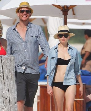 Jason-Segel-and-Michelle-Williams-take-a-walk-worth-remembering-in-Cancun-with-friend-Busy-in-tow-1